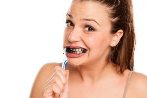 Cáncer y caries, los peligros de usar productos de carbón para lavarse los dientes