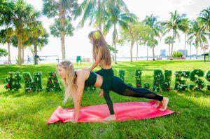 Agueda López comparte clase de yoga con su hija Mikaela