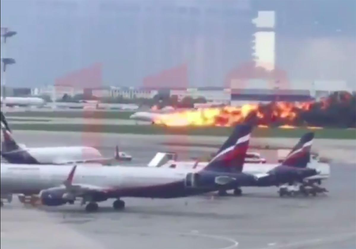 Avión se incendia en Rusia durante aterrizaje de emergencia; al menos 13 muertos