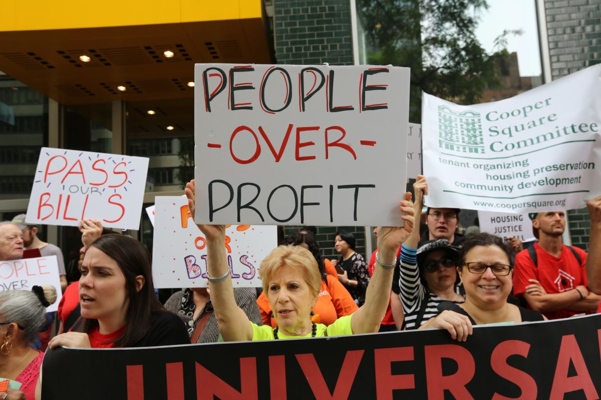 Protestan en frente de las oficinas del gobernador para que firme la ley de renta universal controlada.