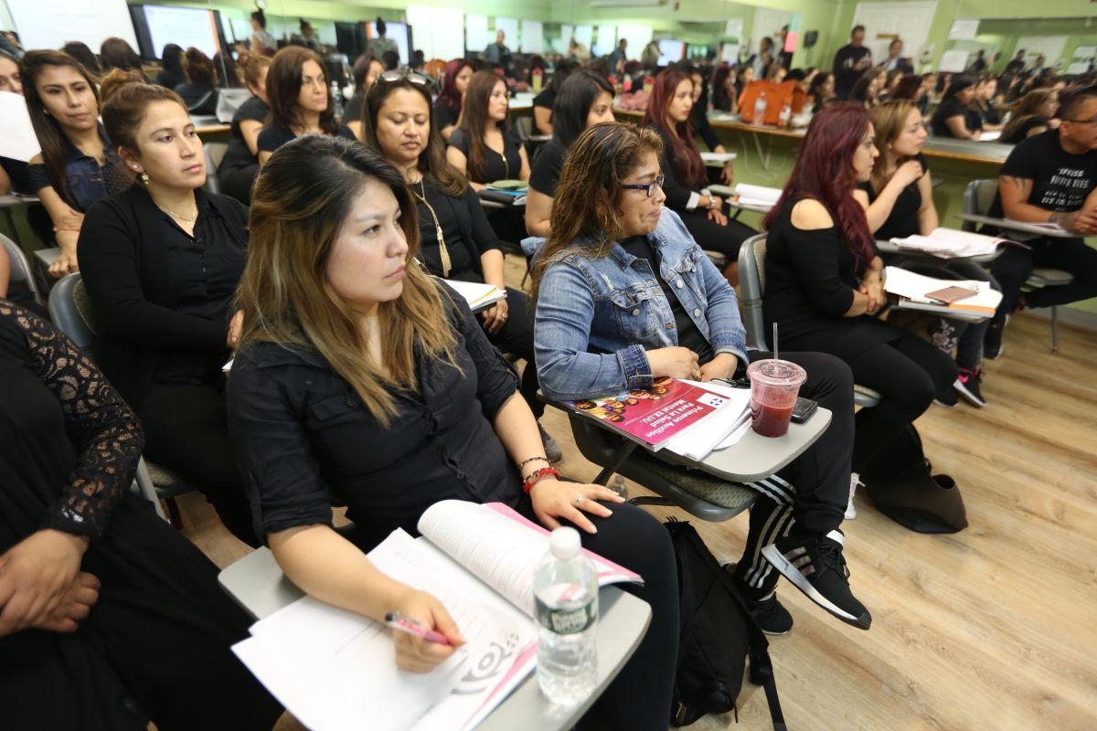 Departamento de Salud desarrolla plan de primeros auxilios en salud mental a estudiantes de cosmetologia y estilismo en la Escuela Parisiene Beauty en Queens.