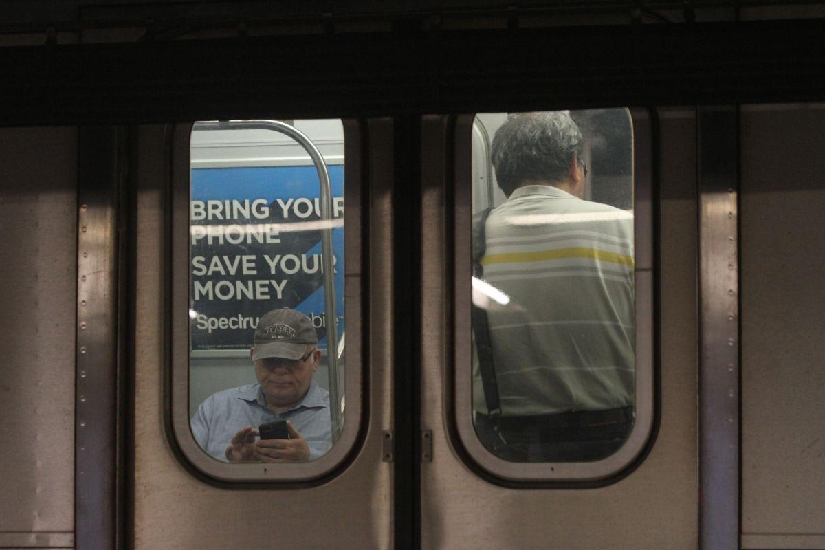 Niño chupa barra de metal de tren del Subway de NYC y usuarios en Facebook reaccionan