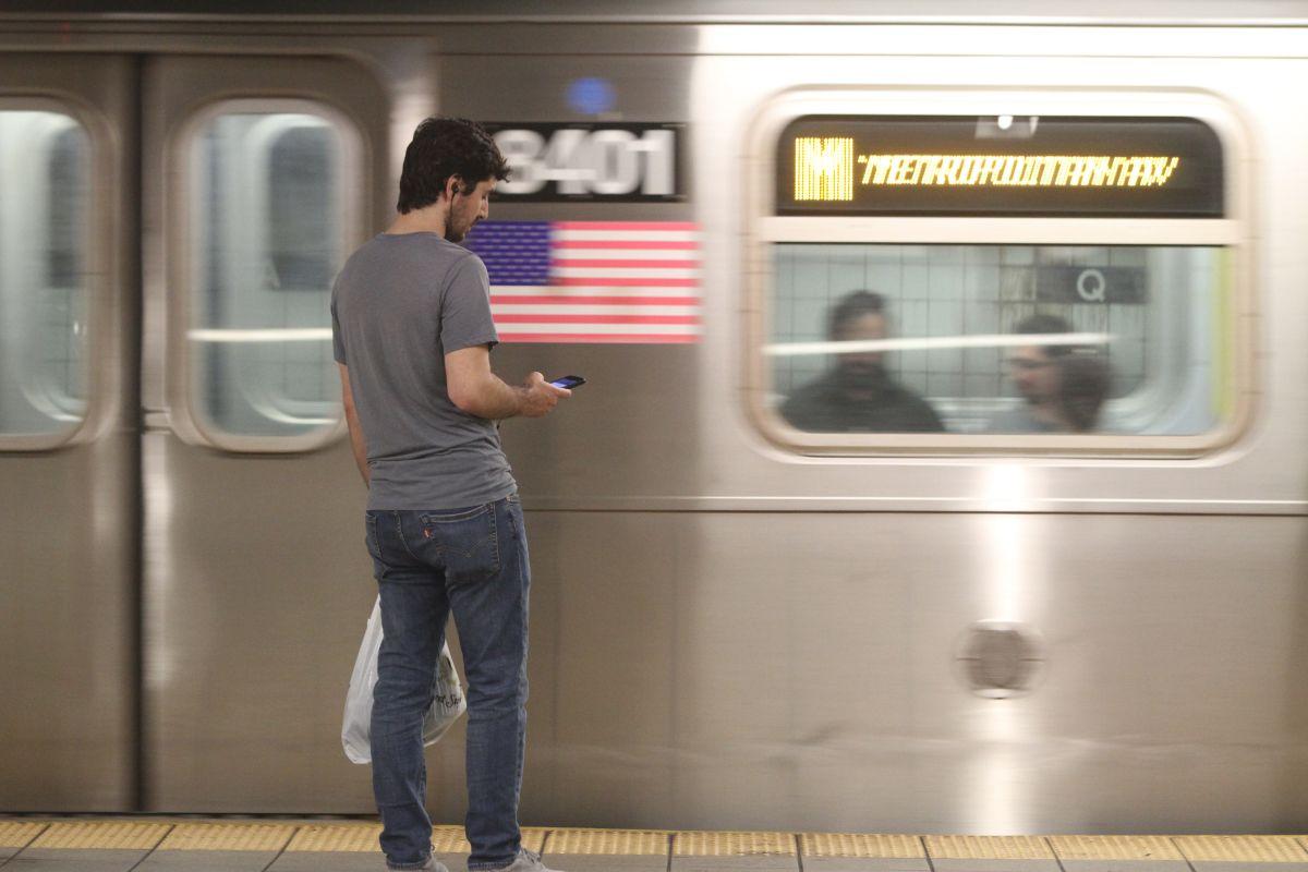 Borracho viaja en Subway de NYC con tanga colgándole del cuello (y no se da cuenta)