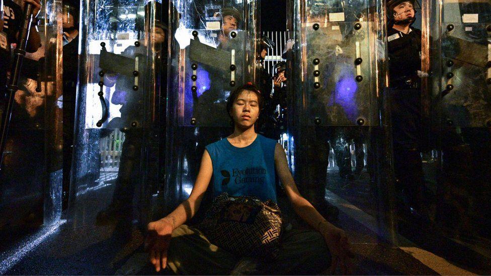 """""""La chica del escudo"""", el rostro de las protestas que continúan en Hong Kong"""