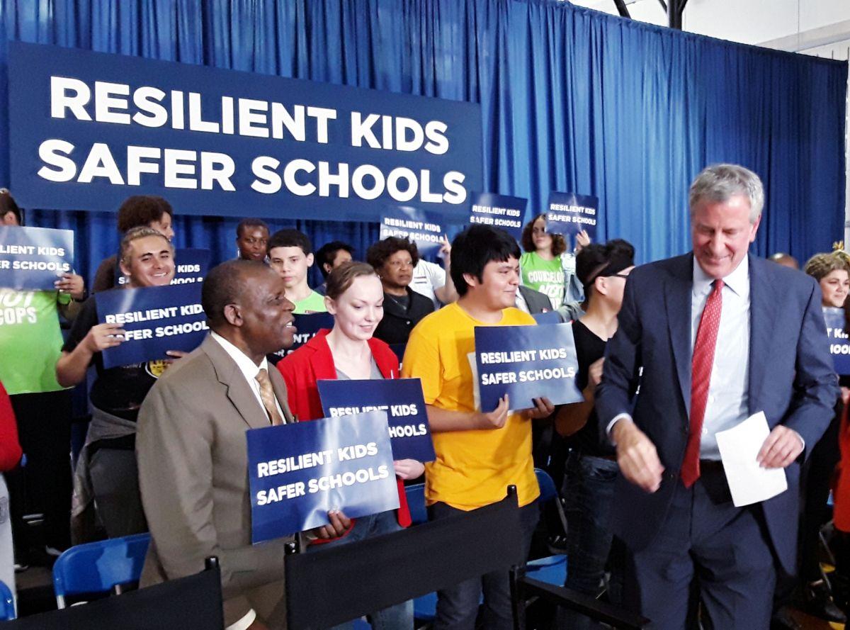 Buscan reducir las suspensiones y los arrestos de alumnos en escuelas de NYC