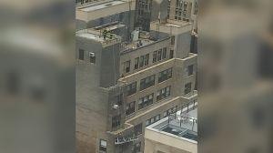 Lluvia de ladrillos: dos heridos y trabajadores colgando al romperse andamio en Nueva York