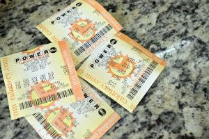 Un latino de Florida gana uno de los premios millonarios de la lotería Powerball