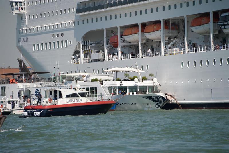 Venecia: Crucero choca con barco turístico y genera pánico (video)