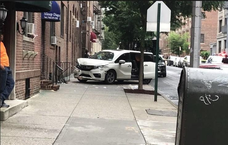 Fanático de fútbol herido grave en extraño accidente vial en acera de Queens