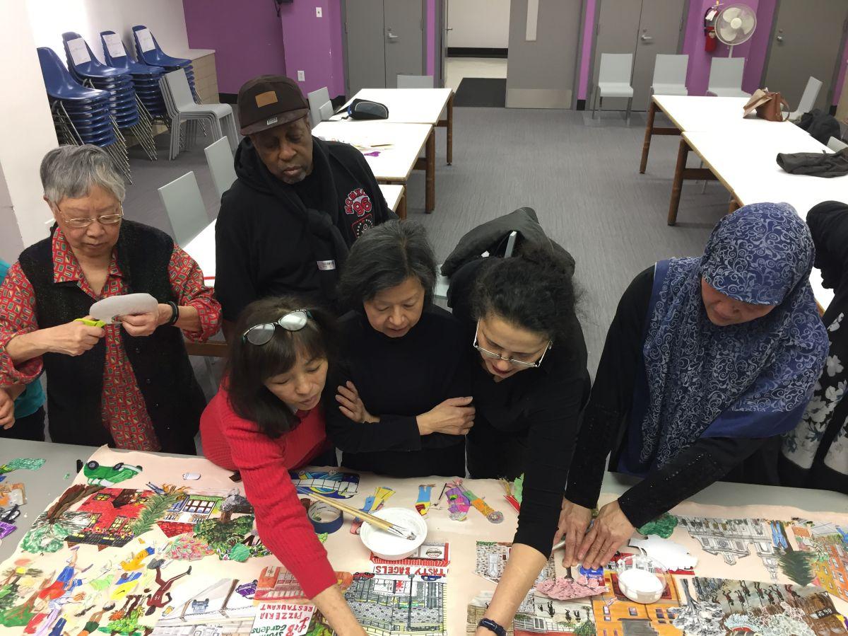 Amigos de la Biblioteca Pública New Utrecht, en Brooklyn, trabajan en la elaboración de un mural artístico que destaca elementos importantes de la comunidad. El mural fue develado en 2018.
