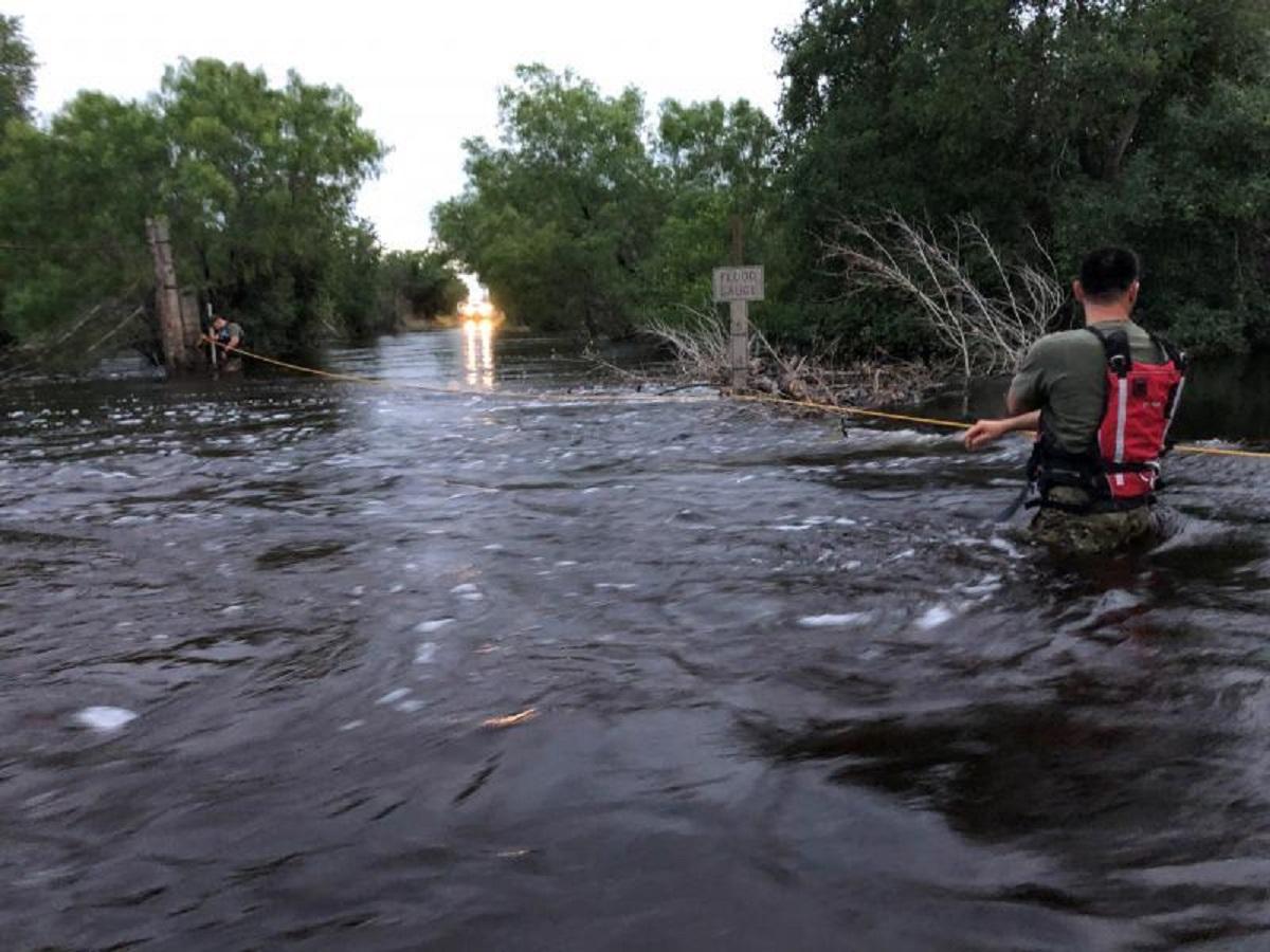 Patrulla Fronteriza rescata a motorista atrapado al desbordarse un río
