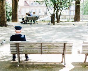 Clérigo retirado de 85 años disfruta plenamente su vida sexual como actor porno