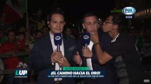 """Video: Aficionado besa al """"Chaco"""" Giménez en plena transmisión de Fox Sports"""