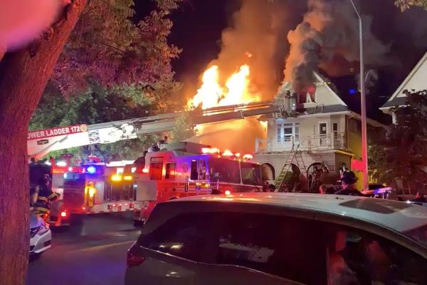 12 heridos y 3 casas arrasadas por incendio masivo en Brooklyn