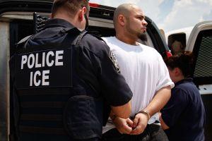 Juez prohibe a ICE capturar a inmigrantes en cortes de este estado
