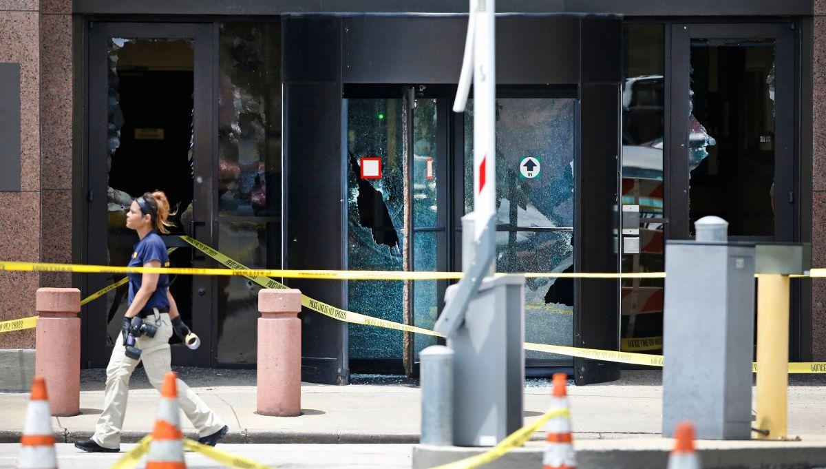 Enmascarado muere después de abrir fuego en edificio federal de Dallas