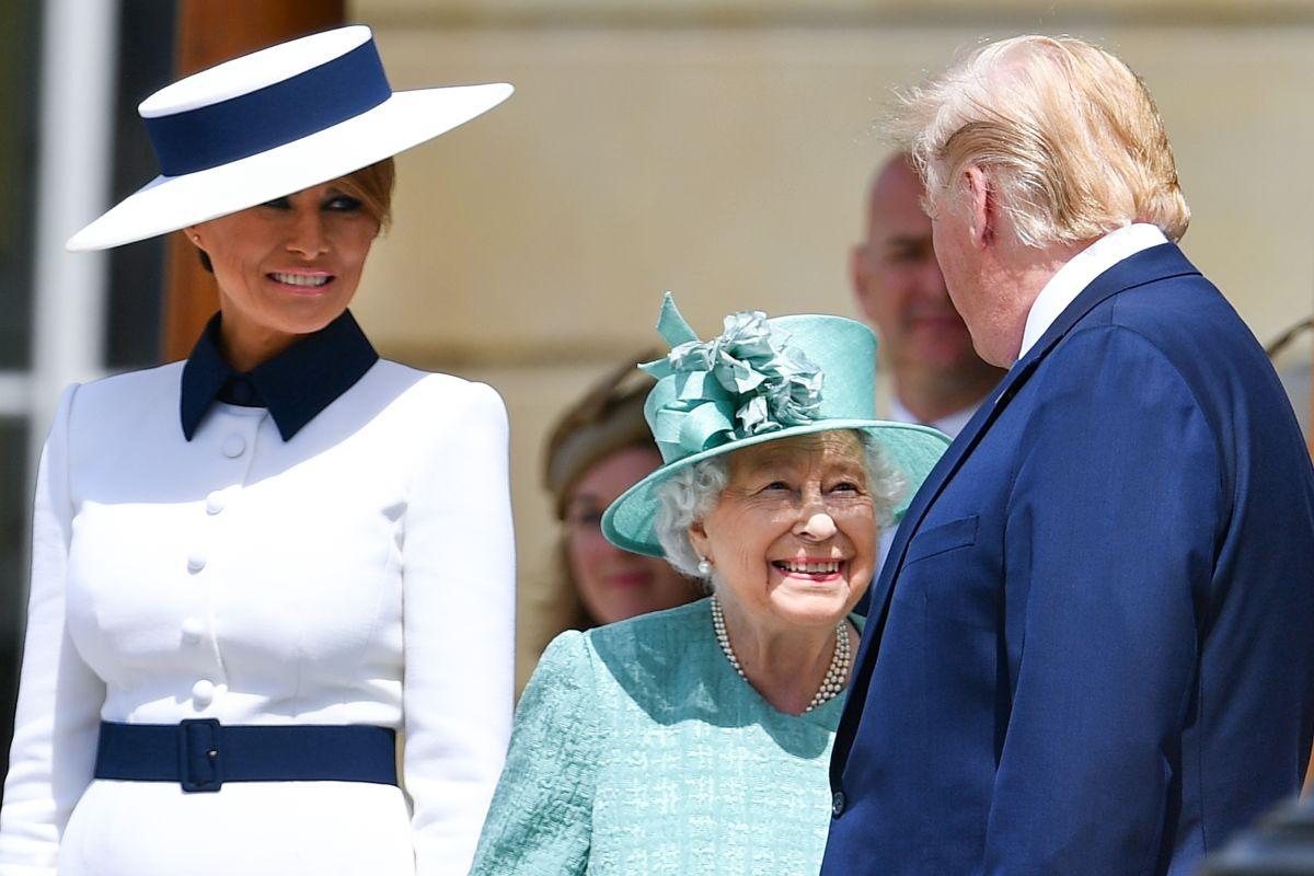 Melania Trump causa sensación con su costoso atuendo para reunión con la Reina Isabel II
