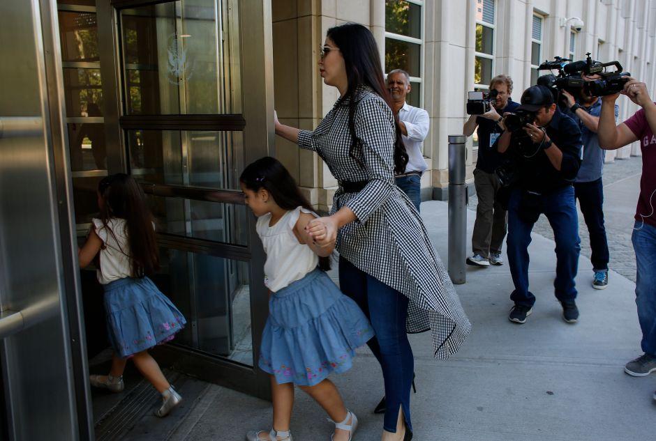"""Emma Coronel, esposa de """"El Chapo"""", presume por Instagram a una de sus hijas hablando chino mandarín"""