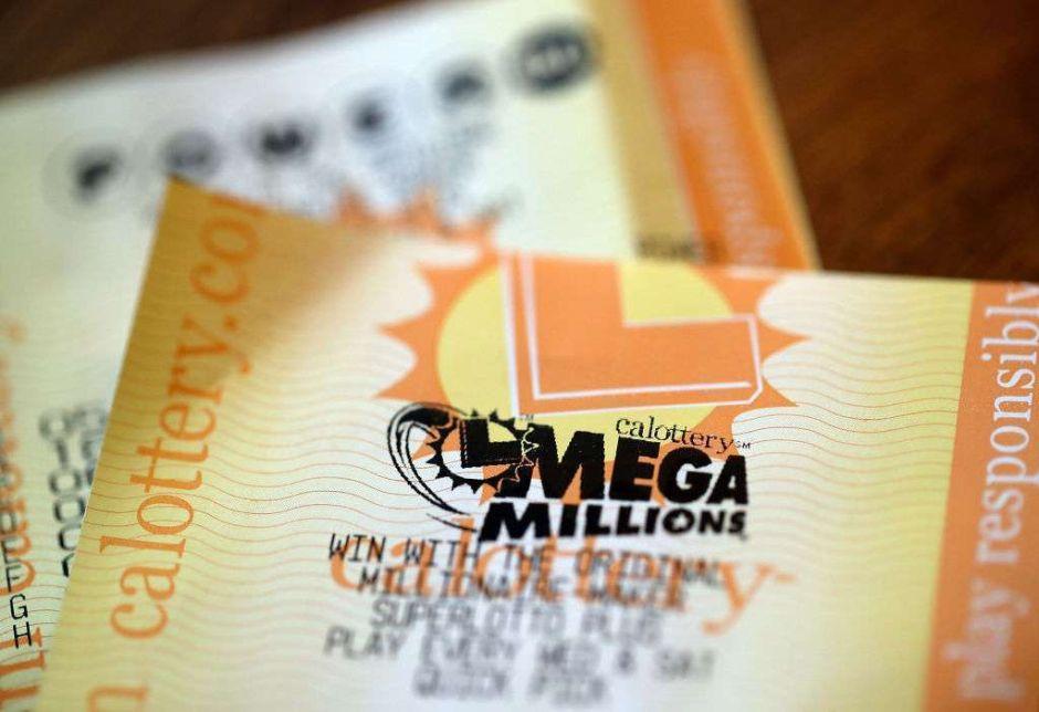 Estaba comprando billetes de lotería, sin saber que ya había ganado