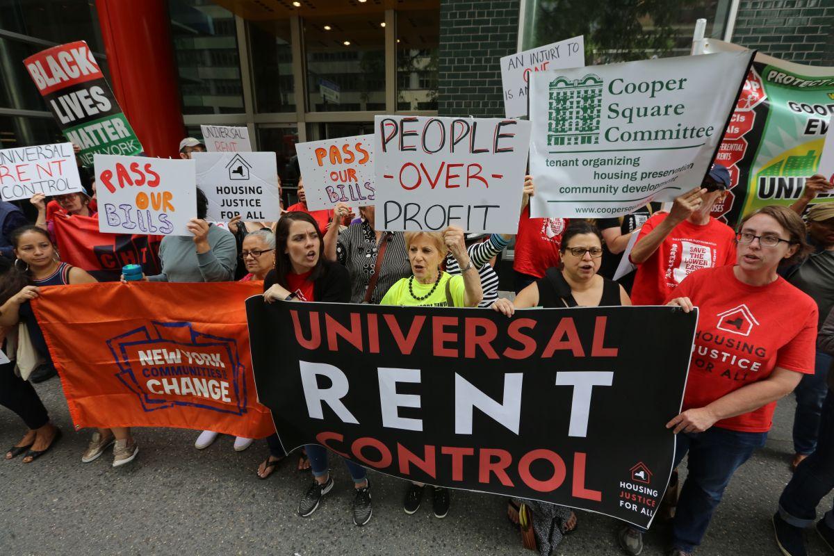 Inquilinos y activistas se manifestaron frente a la oficina del gobernador Cuomo exigiendo que firma las leyes de alquileres aprobadas por la Legislatura.