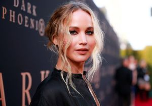 Captan a Jennifer Lawrence sin ropa interior y sin maquillaje