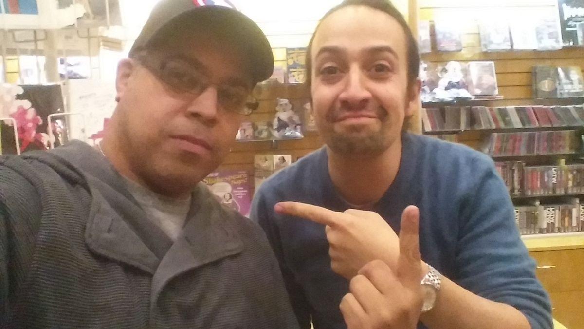 """Freddy Padilla junto a Lin-Manuel Miranda, con quien cosechó buena amistad. El artista usó el sótano de la librería para escribir su primer musical –""""In The Heights""""."""