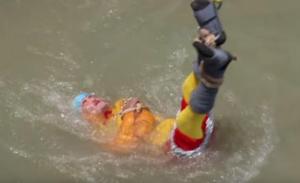 Mago Chanchal Lahiri entró encadenado a río en India y no salió