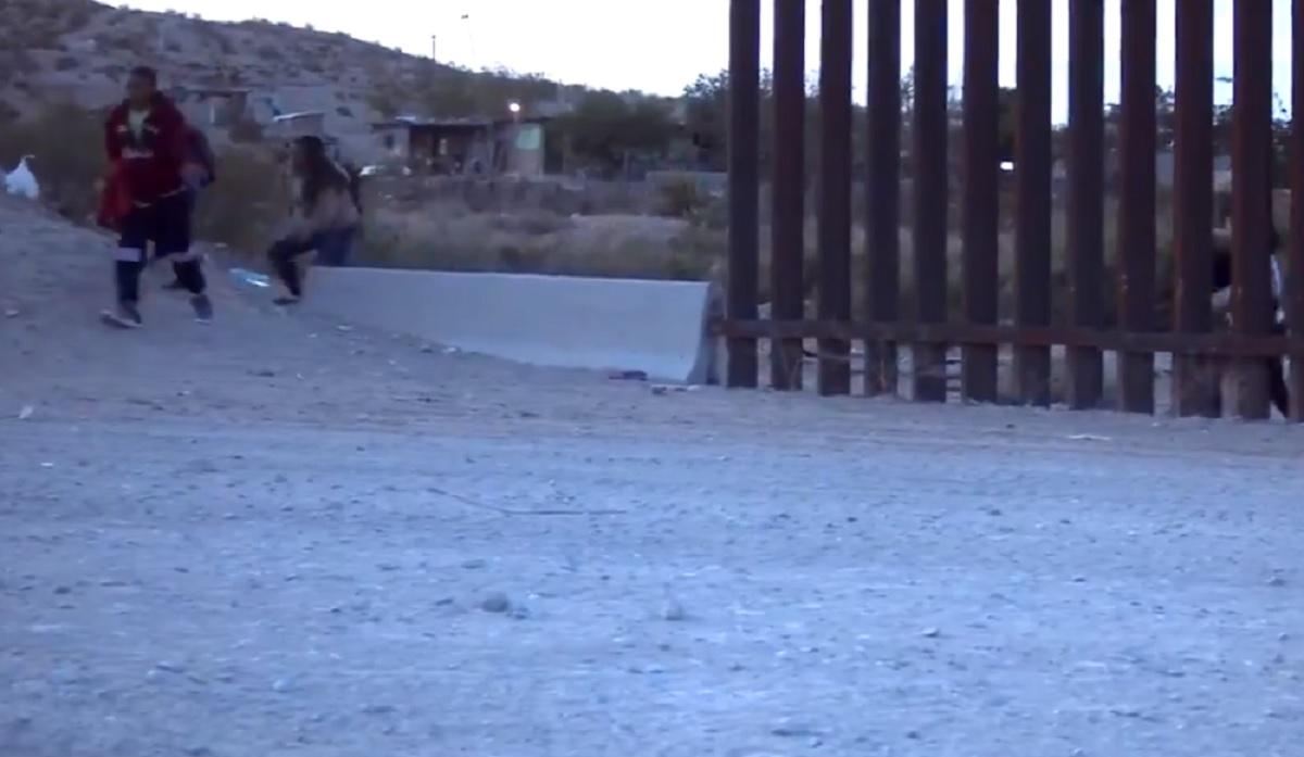Activista que apoya a Trump comparte videos de decenas de inmigrantes cruzando la frontera