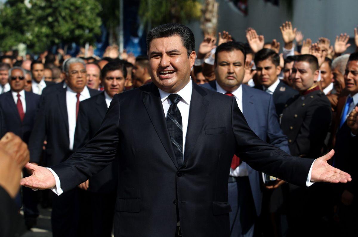 Naasón Joaquín García camina en medio de sus seguidores en la iglesia La Luz del Mundo en Guadalajara, México.