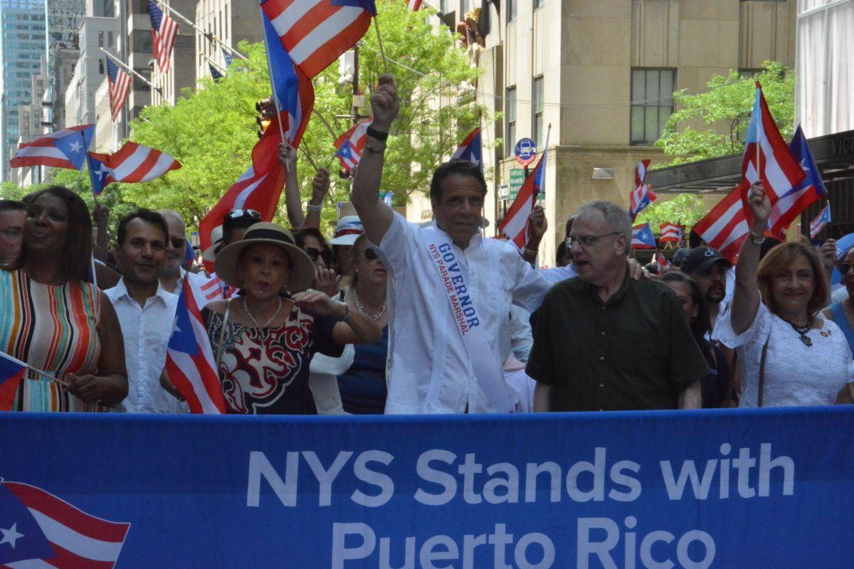 El gobernador Andrew Cuomo, la fiscal general Letitia James y otros funcionarios electos enarbolaron la bandera puertorriqueña durante el desfile.