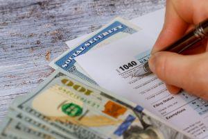Usuarios de redes sociales como Reddit se quejan de que no reciben reembolso del IRS bajo exención de $10,200 en impuestos por desempleo