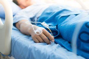 Se rompió el brazo y fue rechazada en el hospital por ser demasiado mayor