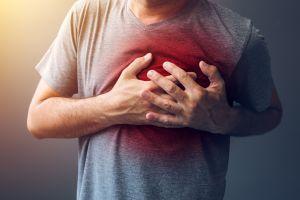¿Sientes palpitaciones en el pecho luego de comer? Conoce los síntomas del espasmo de esófago