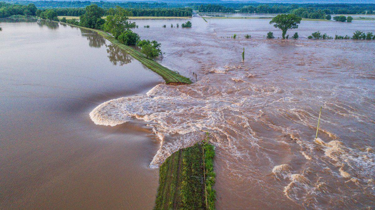 La crecida del río Arkansas rompe un dique en Dardanelle.
