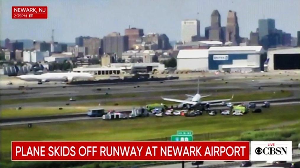 Cierran aeropuerto Newark por avión de United salido de la pista