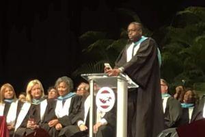 Dwyane Wade participa en graduación de escuela que fue escenario de tiroteo