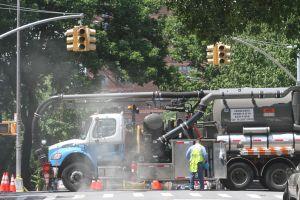 """""""Dios lo sacó de ese fuego"""": alcantarilla explotó cuando un peatón pasaba justo al lado en Queens, Nueva York"""
