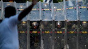 """""""Mi hijo se quiere matar"""": el testimonio de la madre del joven al que dejó sin ojos la policía de Venezuela"""