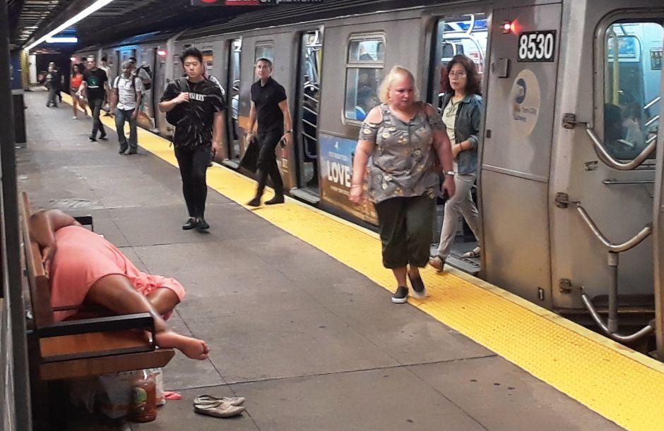 Gobernador Cuomo exige resolver problemas de indigentes durmiendo en el caótico Metro de Nueva York