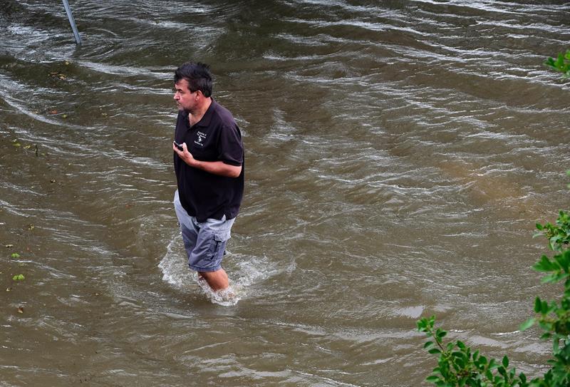 Chris Ladner camina en una zona inundada de Lake Pontchartrain como resultado de los primeros efectos del huracán Barry en Mandeville, Louisiana.