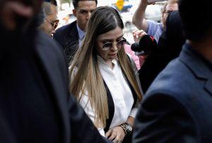 """Emma Coronel luce nuevo """"look"""" en sentencia de """"El Chapo"""""""