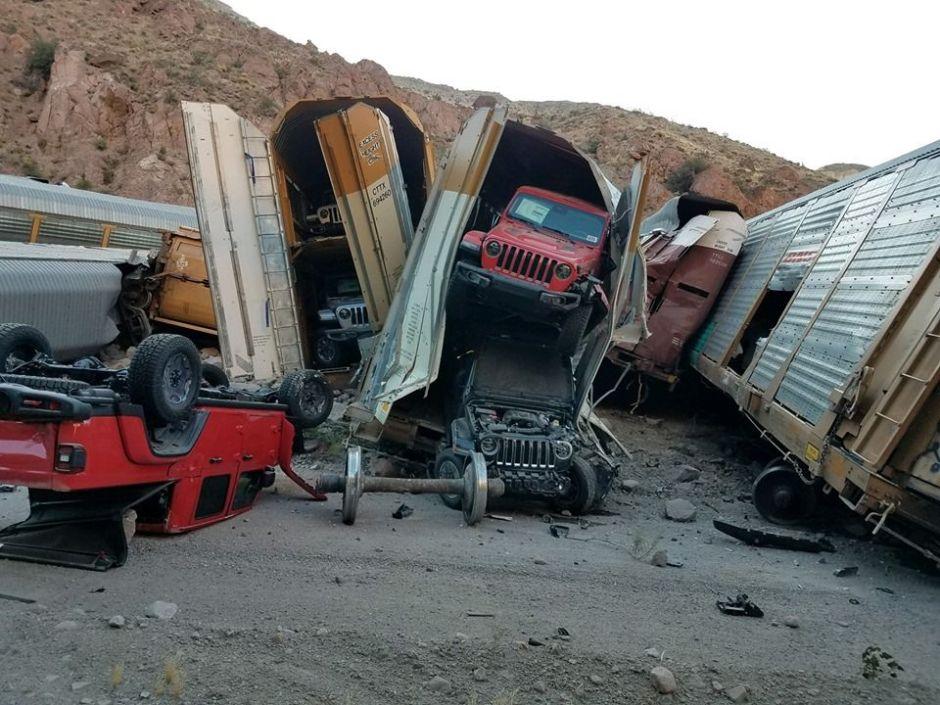 Un choque de tren en Nevada termina destruyendo una docena de camionetas nuevas