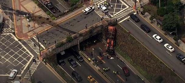 Camión se voltea cerca de Lincoln Tunnel, al menos 12 heridos hasta el momento