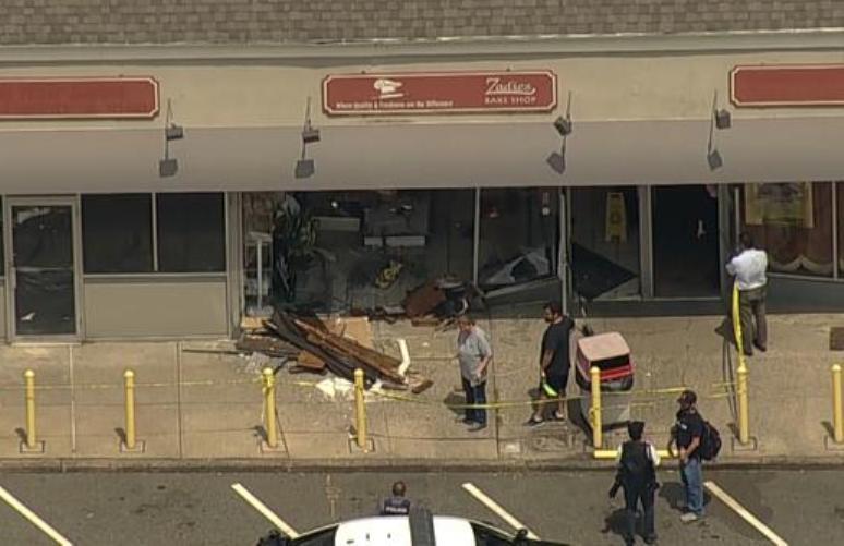 Abuela estrelló su auto y destrozó panadería en Nueva Jersey