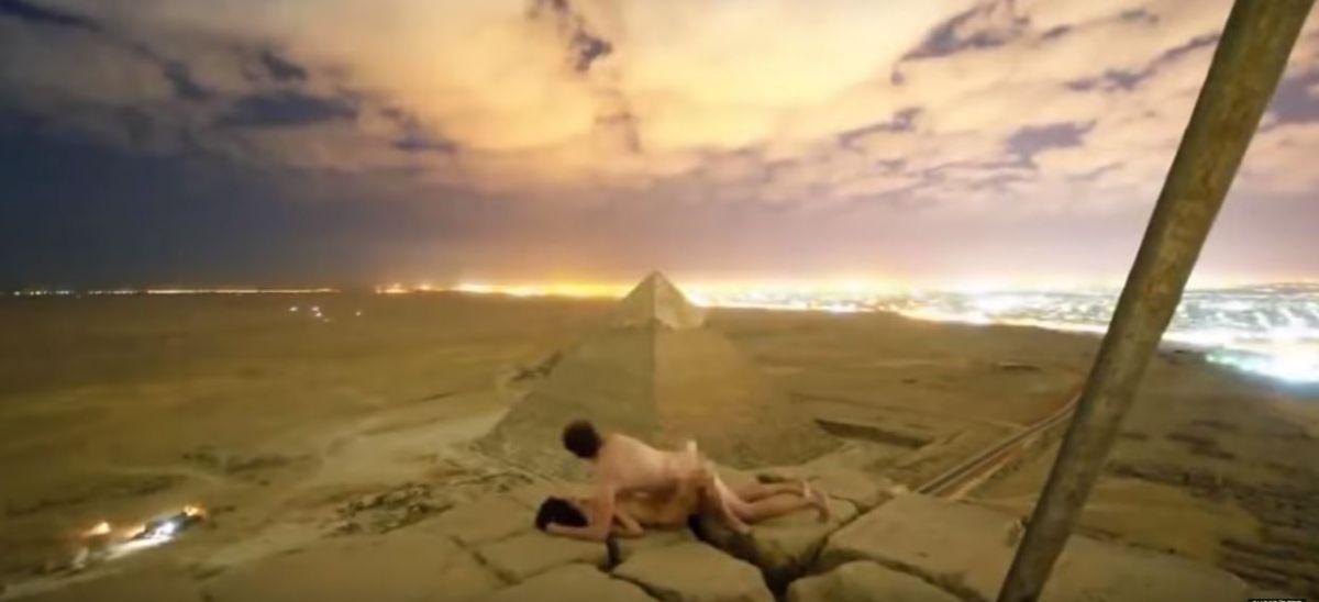 Detienen a turista estadounidense por bajarse los pantalones en pirámides egipcias