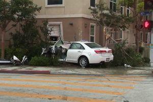Madre muere mientras dormía con su hijo tras choque de un carro contra su casa en el sur de L.A.