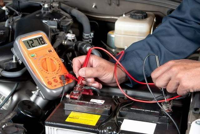 ¿Cuál es el voltaje normal de la batería de un auto?