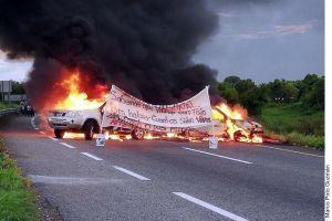 Narcos amenazan a la Guardia Nacional en Tabasco, incendian autos y dejan narcomanta