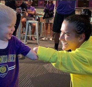 ¡Conmovedora historia entre una futbolista y niño! A los dos les falta parte del brazo