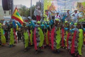 La 'Chiva Periodística'  trae el sabor del carnaval a las fiestas patrias colombianas